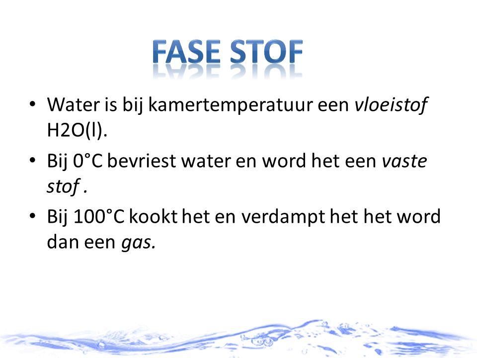 Water is bij kamertemperatuur een vloeistof H2O(l). Bij 0°C bevriest water en word het een vaste stof. Bij 100°C kookt het en verdampt het het word da