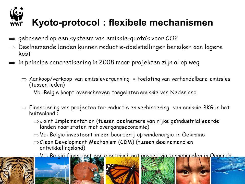 Kyoto-protocol : flexibele mechanismen  gebaseerd op een systeem van emissie-quota's voor CO2  Deelnemende landen kunnen reductie-doelstellingen bereiken aan lagere kost  in principe concretisering in 2008 maar projekten zijn al op weg  Aankoop/verkoop van emissievergunning = toelating van verhandelbare emissies (tussen leden) Vb: Belg ï e koopt overschreven toegelaten emissie van Nederland  Financiering van projecten ter reductie en verhindering van emissie BKG in het buitenland :  Joint Implementation (tussen deelnemers van rijke geïndustrialiseerde landen naar staten met overgangseconomie)  Vb: Belgïe investeert in een boerderij op windenergie in Oekraïne  Clean Development Mechanism (CDM) (tussen deelnemend en ontwikkelingsland)  Vb: België financiert een electrisch net gevoed via zonnepanelen in Oeganda