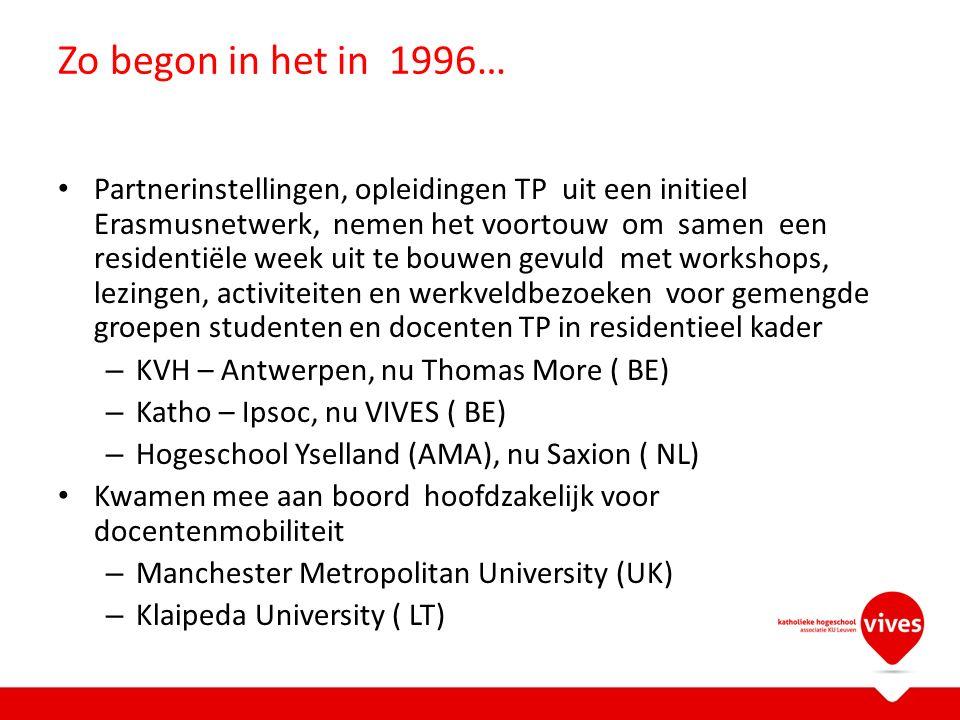 Zo begon in het in 1996… Partnerinstellingen, opleidingen TP uit een initieel Erasmusnetwerk, nemen het voortouw om samen een residentiële week uit te bouwen gevuld met workshops, lezingen, activiteiten en werkveldbezoeken voor gemengde groepen studenten en docenten TP in residentieel kader – KVH – Antwerpen, nu Thomas More ( BE) – Katho – Ipsoc, nu VIVES ( BE) – Hogeschool Yselland (AMA), nu Saxion ( NL) Kwamen mee aan boord hoofdzakelijk voor docentenmobiliteit – Manchester Metropolitan University (UK) – Klaipeda University ( LT)