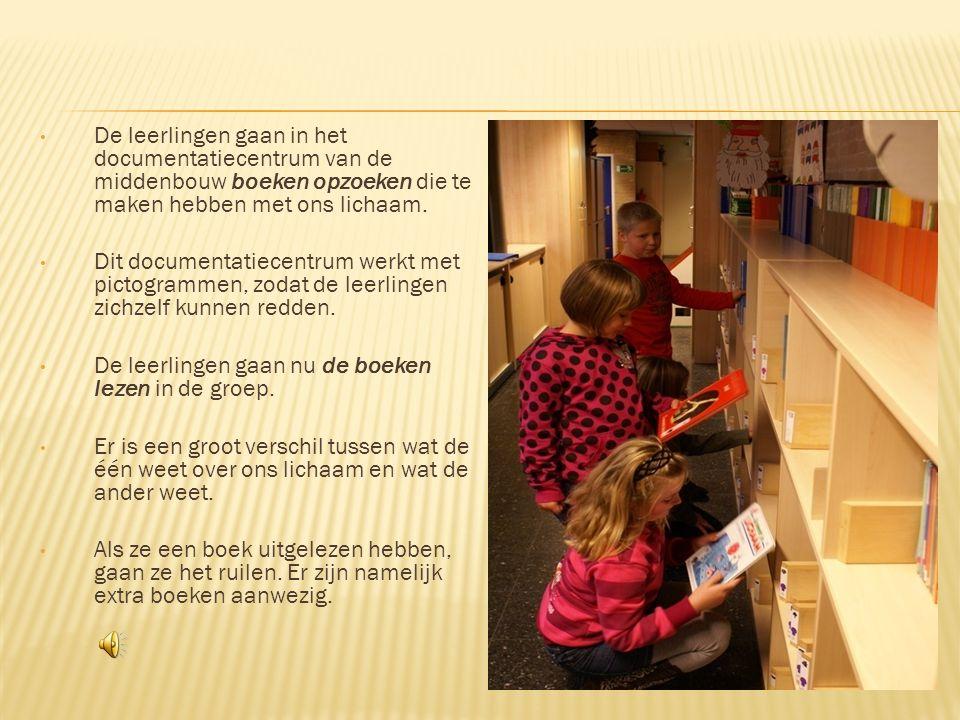 De leerlingen gaan in het documentatiecentrum van de middenbouw boeken opzoeken die te maken hebben met ons lichaam.