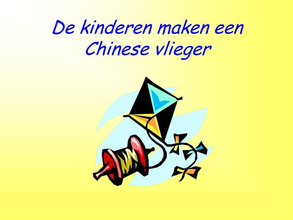 De kinderen maken een Chinese vlieger