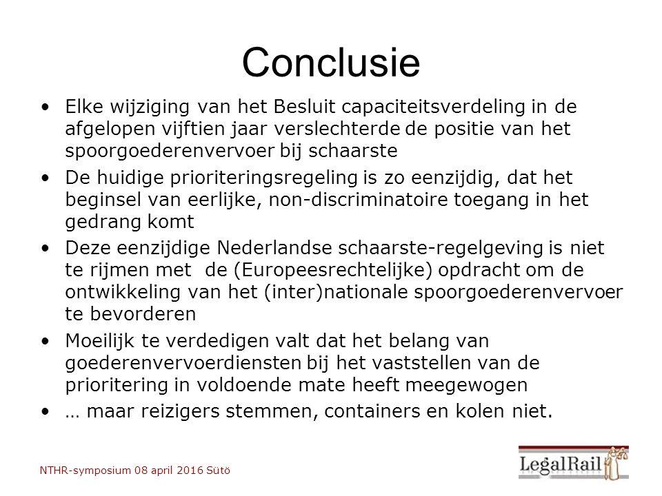 Elke wijziging van het Besluit capaciteitsverdeling in de afgelopen vijftien jaar verslechterde de positie van het spoorgoederenvervoer bij schaarste De huidige prioriteringsregeling is zo eenzijdig, dat het beginsel van eerlijke, non-discriminatoire toegang in het gedrang komt Deze eenzijdige Nederlandse schaarste-regelgeving is niet te rijmen met de (Europeesrechtelijke) opdracht om de ontwikkeling van het (inter)nationale spoorgoederenvervoer te bevorderen Moeilijk te verdedigen valt dat het belang van goederenvervoerdiensten bij het vaststellen van de prioritering in voldoende mate heeft meegewogen … maar reizigers stemmen, containers en kolen niet.
