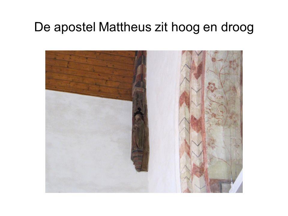 De apostel Mattheus zit hoog en droog