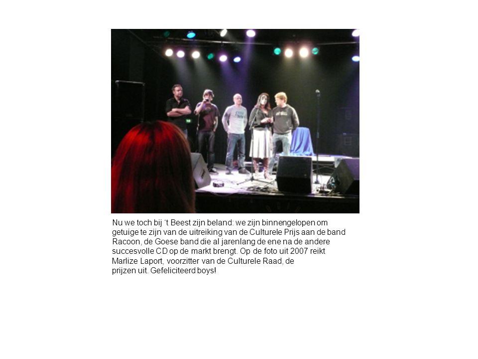 Nu we toch bij 't Beest zijn beland: we zijn binnengelopen om getuige te zijn van de uitreiking van de Culturele Prijs aan de band Racoon, de Goese band die al jarenlang de ene na de andere succesvolle CD op de markt brengt.