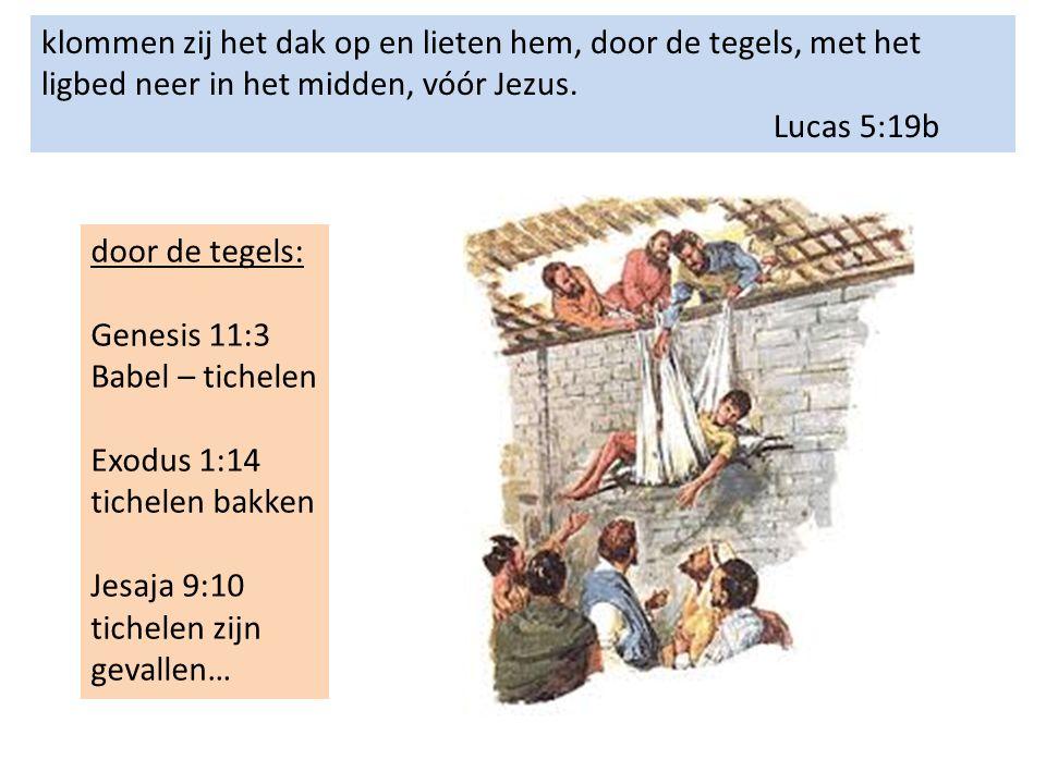 klommen zij het dak op en lieten hem, door de tegels, met het ligbed neer in het midden, vóór Jezus.