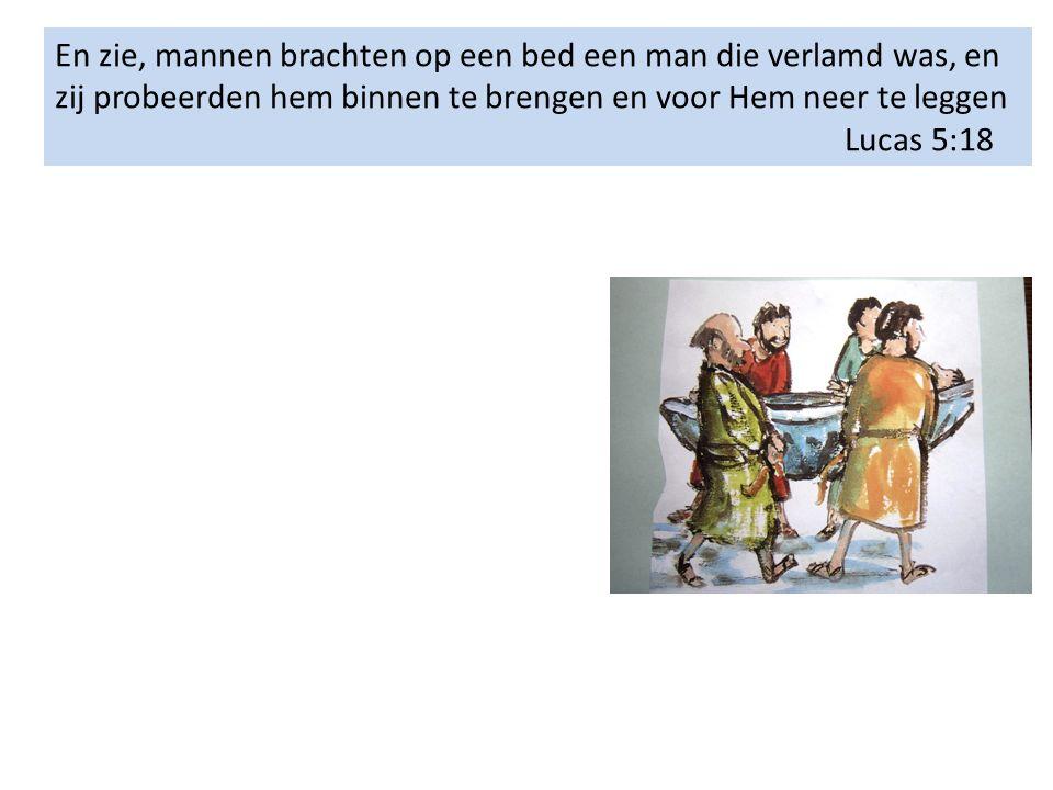 En zie, mannen brachten op een bed een man die verlamd was, en zij probeerden hem binnen te brengen en voor Hem neer te leggen Lucas 5:18