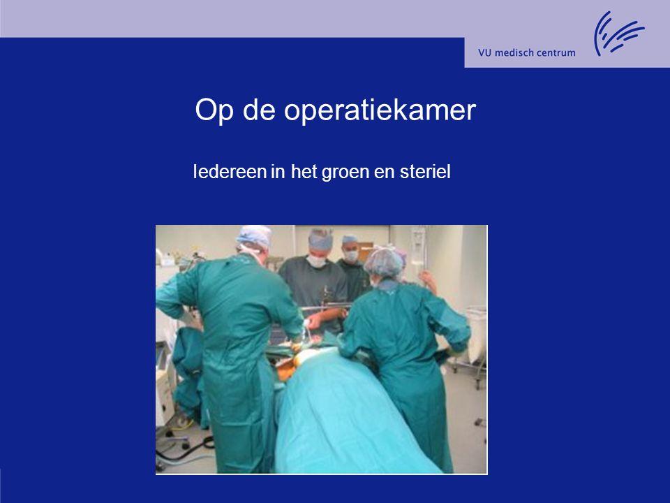 Op de operatiekamer Iedereen in het groen en steriel