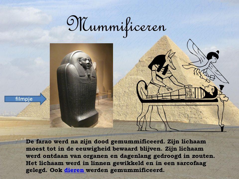 Mummificeren De farao werd na zijn dood gemummificeerd.