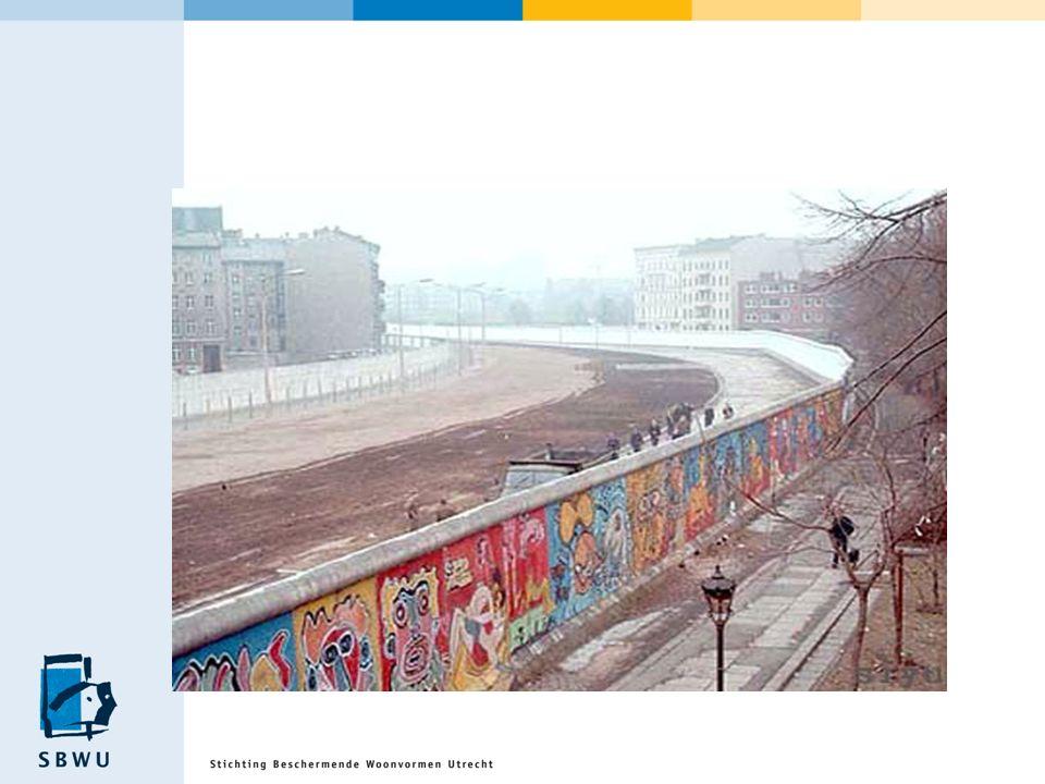 Opbotsen tegen mijn Berlijnse muur Berlijn zomer 1999 Doelloos loop ik door Berlijn Mijn vader heeft mijn reis betaald Mijn hoofd zit vol wolken Ik voel mij verweesd en eenzaam Ik kan niet genieten Mijn vrienden snappen mij niet en ik snap hen niet Ik schaam mij voor wat er van mij geworden is Ik denk terug aan mijn eerste keer in Berlijn Ik slaap veel Ik wil naar huis, terug naar datgene dat mij vertrouwd is, de woonvorm
