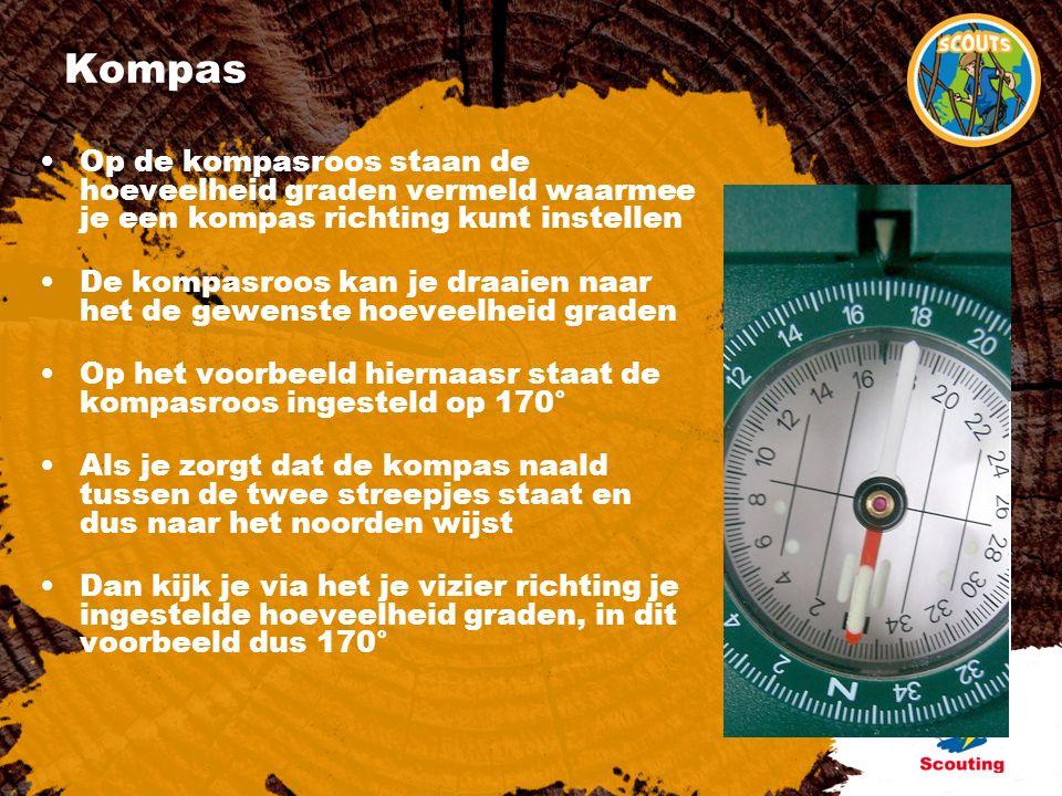 Kompas Op de kompasroos staan de hoeveelheid graden vermeld waarmee je een kompas richting kunt instellen De kompasroos kan je draaien naar het de gewenste hoeveelheid graden Op het voorbeeld hiernaasr staat de kompasroos ingesteld op 170° Als je zorgt dat de kompas naald tussen de twee streepjes staat en dus naar het noorden wijst Dan kijk je via het je vizier richting je ingestelde hoeveelheid graden, in dit voorbeeld dus 170°