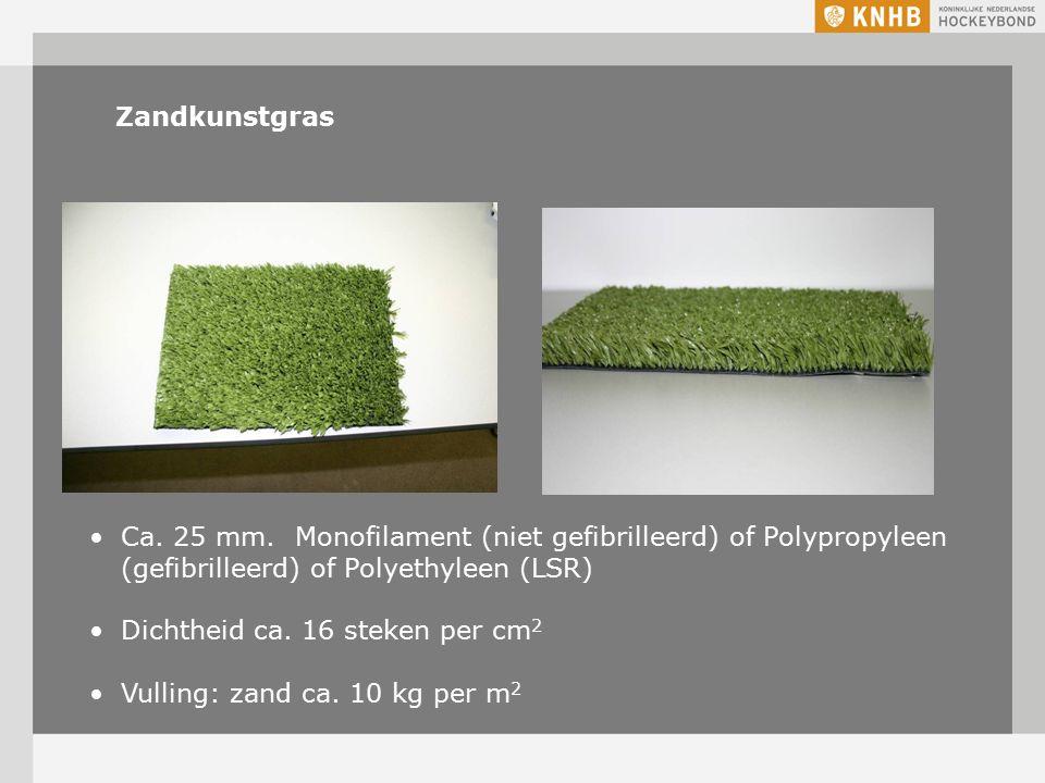 Zandkunstgras Ca. 25 mm. Monofilament (niet gefibrilleerd) of Polypropyleen (gefibrilleerd) of Polyethyleen (LSR) Dichtheid ca. 16 steken per cm 2 Vul
