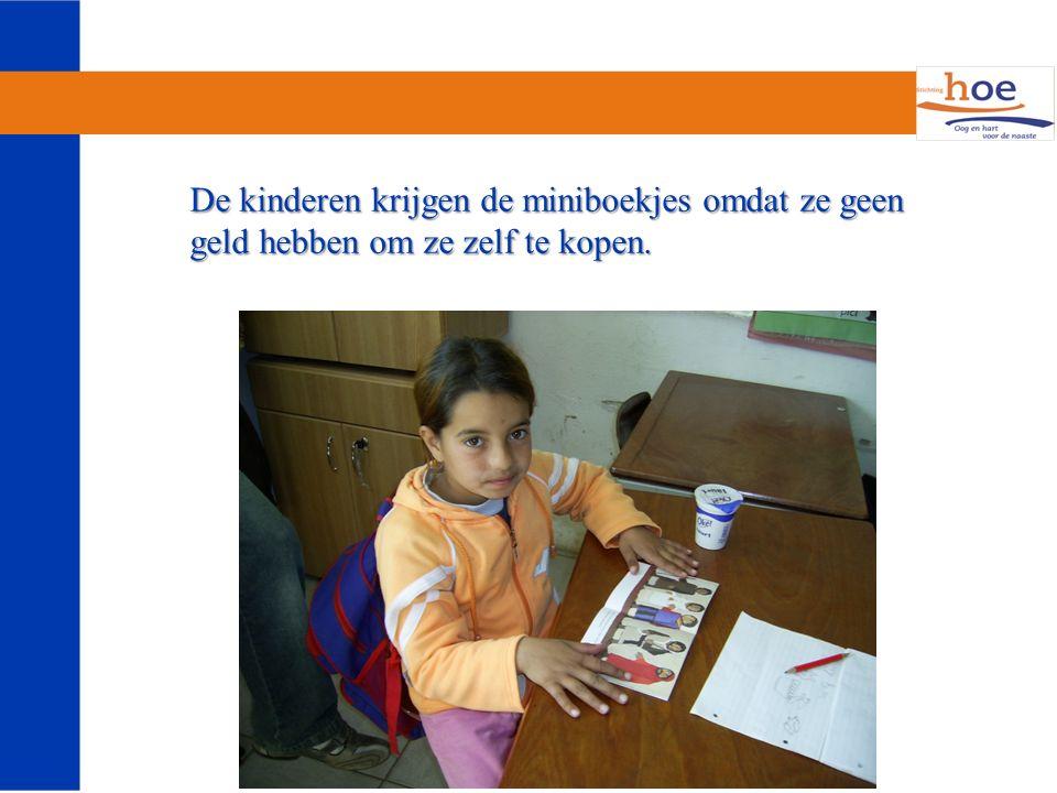 De kinderen krijgen de miniboekjes omdat ze geen geld hebben om ze zelf te kopen.
