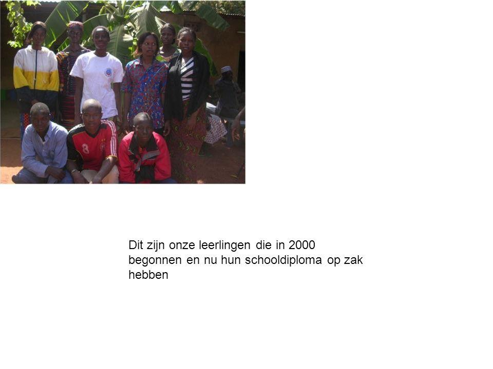 Dit zijn onze leerlingen die in 2000 begonnen en nu hun schooldiploma op zak hebben