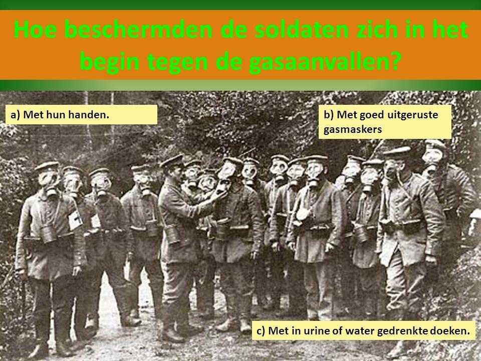 Hoe beschermden de soldaten zich in het begin tegen de gasaanvallen? c) Met in urine of water gedrenkte doeken. a) Met hun handen.b) Met goed uitgerus