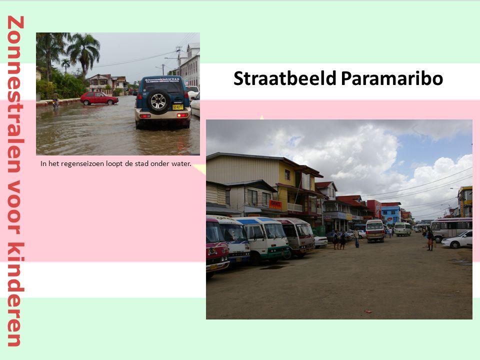 Straatbeeld Paramaribo In het regenseizoen loopt de stad onder water. Zonnestralen voor kinderen