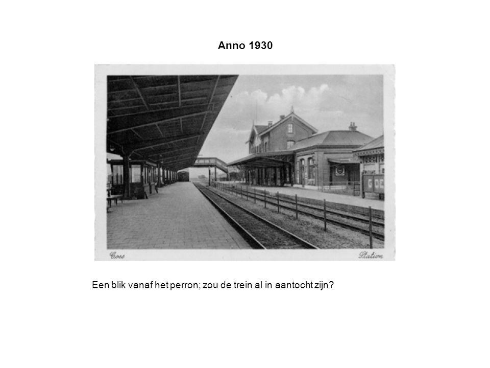 Anno 1930 Een blik vanaf het perron; zou de trein al in aantocht zijn