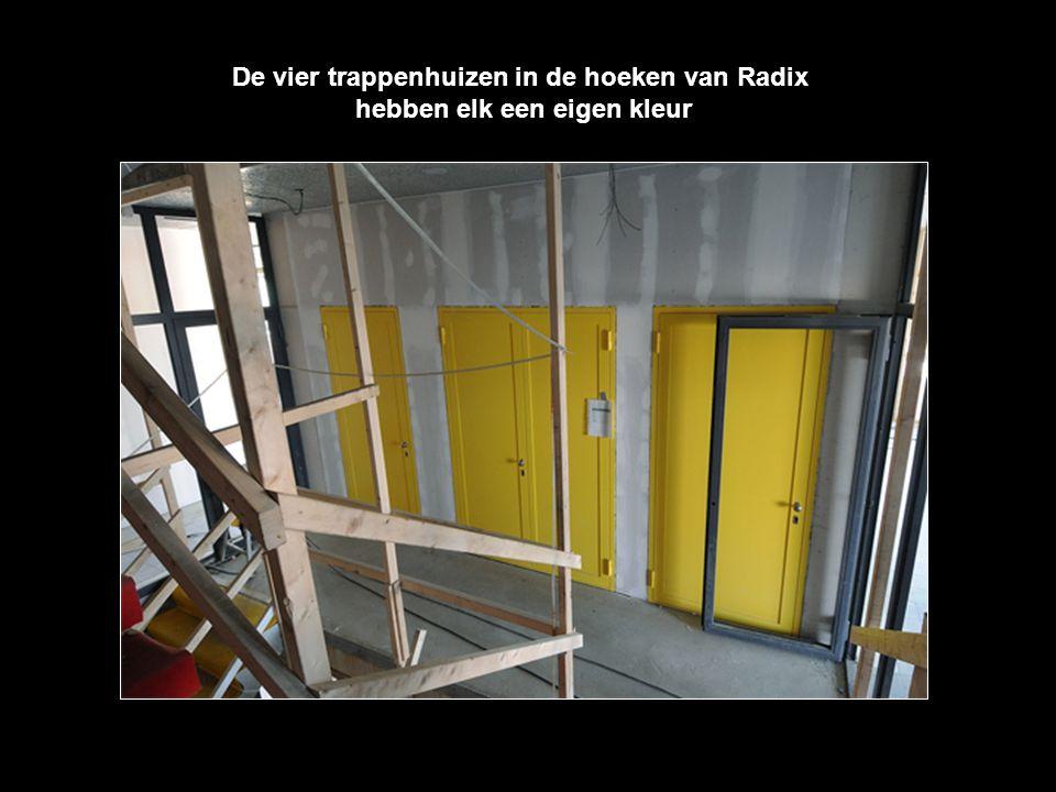 De vier trappenhuizen in de hoeken van Radix hebben elk een eigen kleur