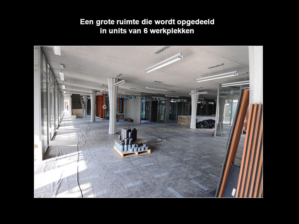 Een grote ruimte die wordt opgedeeld in units van 6 werkplekken