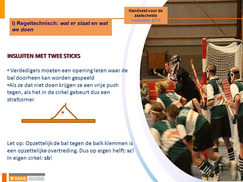INSLUITEN MET TWEE STICKS Verdedigers moeten een opening laten waar de bal doorheen kan worden gespeeld Als ze dat niet doen krijgen ze een vrije push