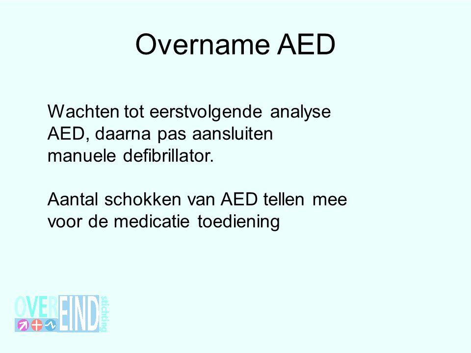 Overname AED Wachten tot eerstvolgende analyse AED, daarna pas aansluiten manuele defibrillator.