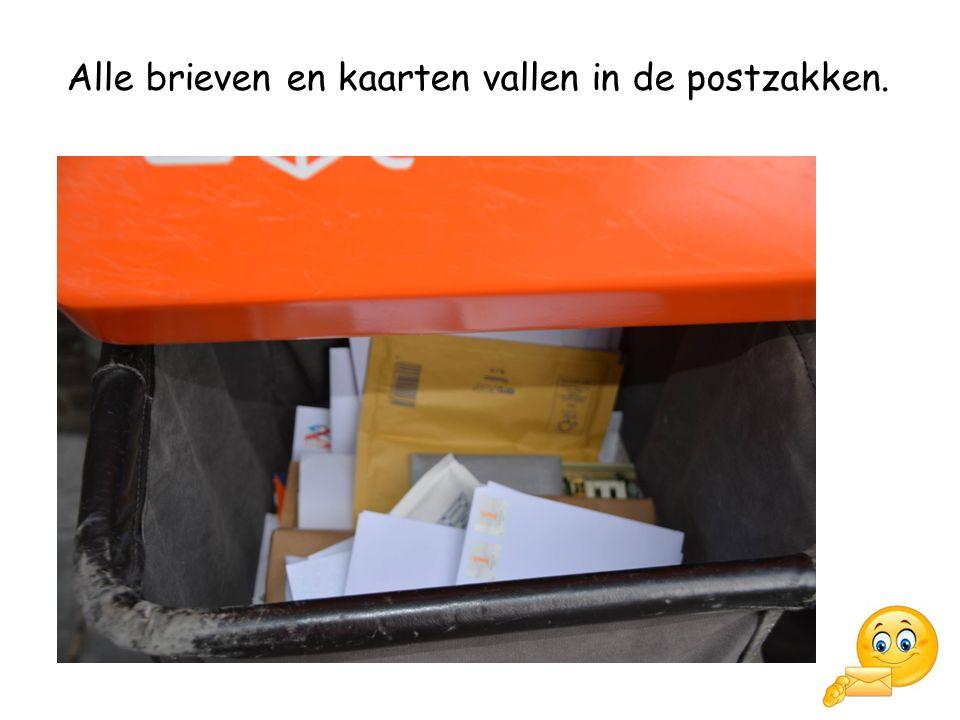 Alle brieven en kaarten vallen in de postzakken.