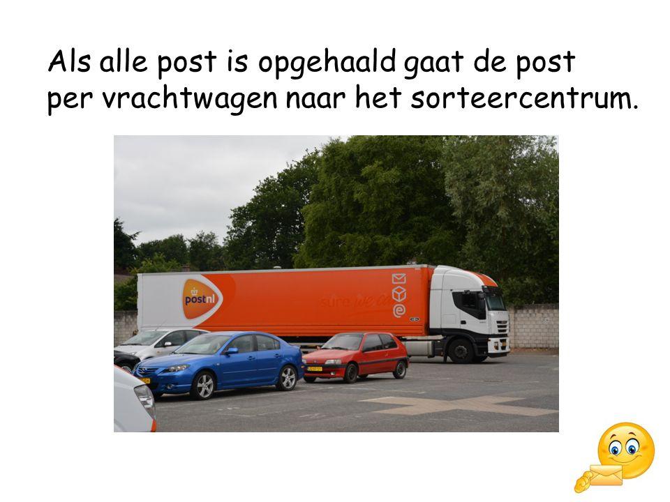 Als alle post is opgehaald gaat de post per vrachtwagen naar het sorteercentrum.