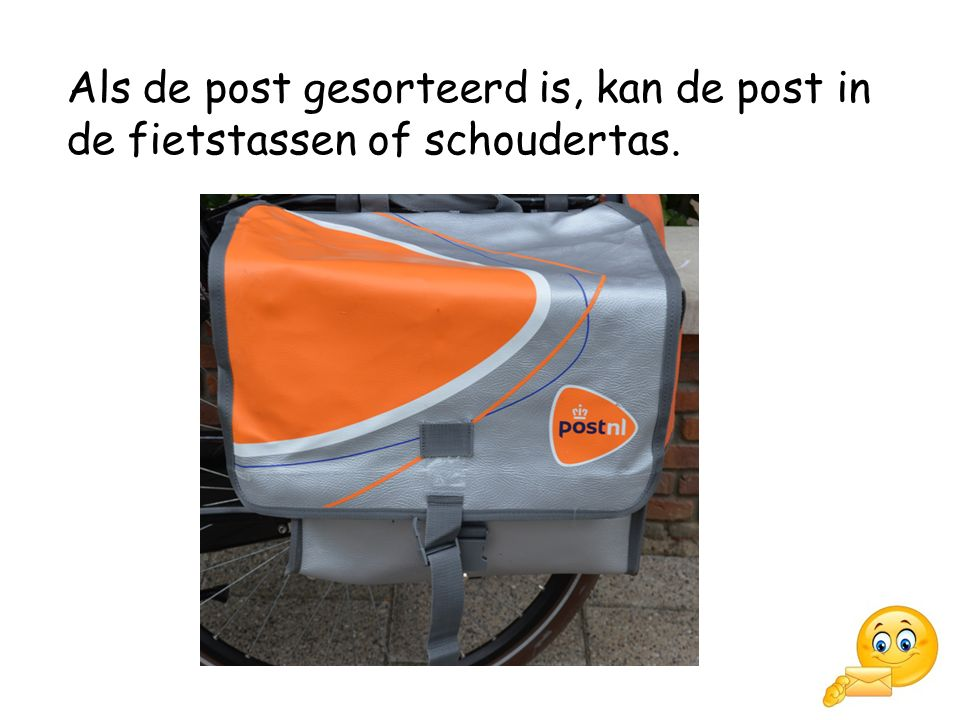 Als de post gesorteerd is, kan de post in de fietstassen of schoudertas.
