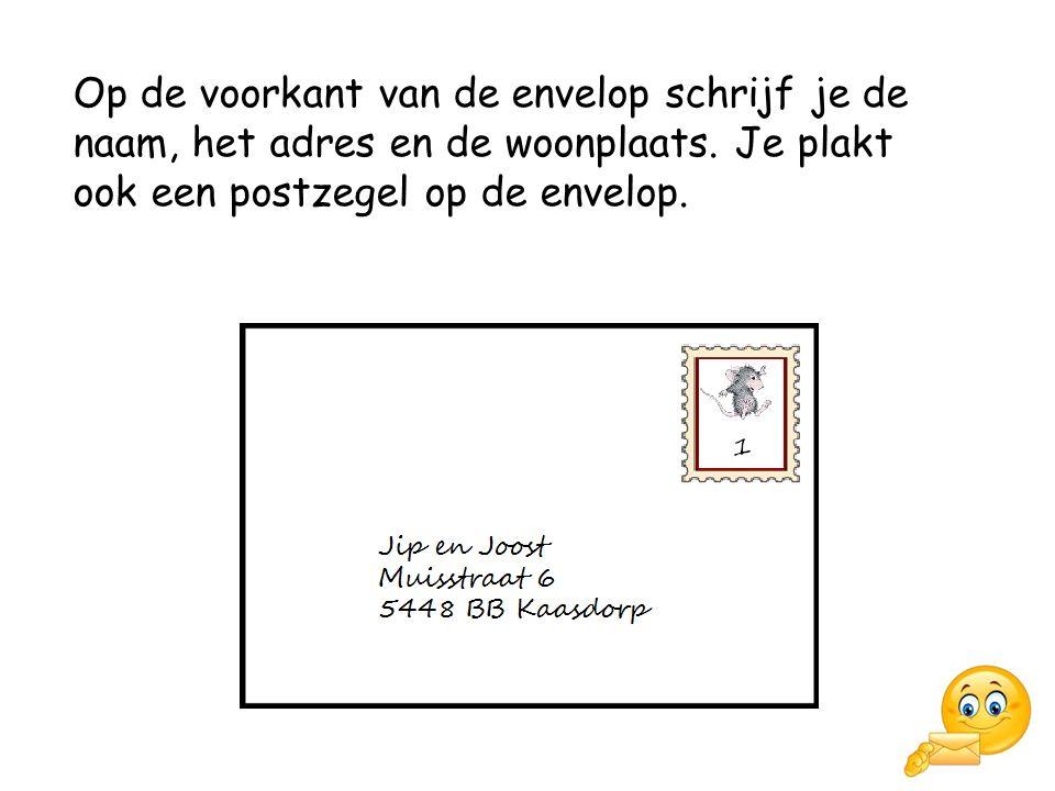 Op de voorkant van de envelop schrijf je de naam, het adres en de woonplaats.