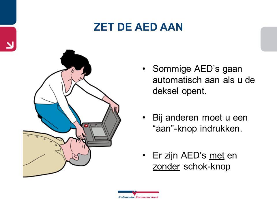 """Sommige AED's gaan automatisch aan als u de deksel opent. Bij anderen moet u een """"aan""""-knop indrukken. Er zijn AED's met en zonder schok-knop ZET DE A"""
