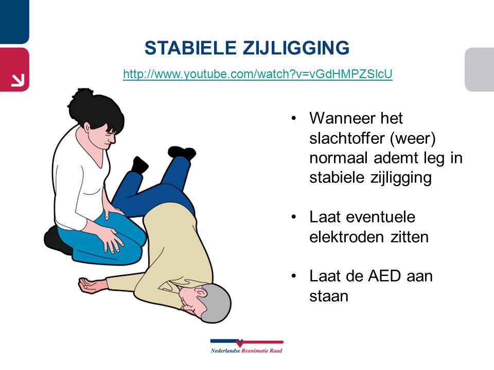 STABIELE ZIJLIGGING Wanneer het slachtoffer (weer) normaal ademt leg in stabiele zijligging Laat eventuele elektroden zitten Laat de AED aan staan htt