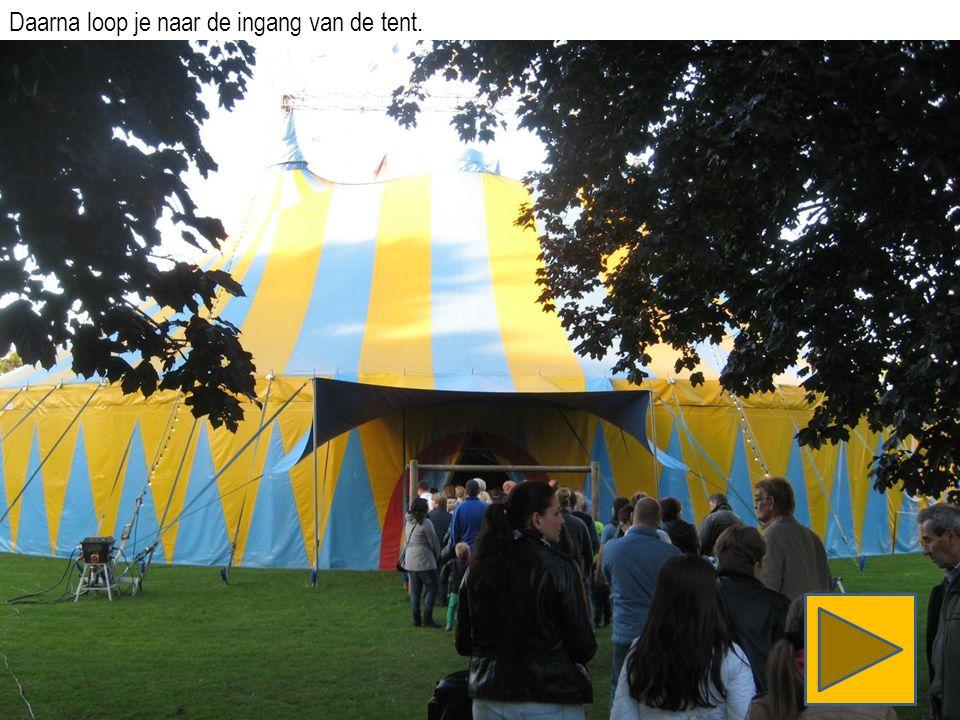 Daarna loop je naar de ingang van de tent.