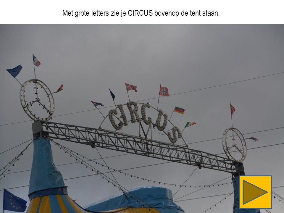 Met grote letters zie je CIRCUS bovenop de tent staan.