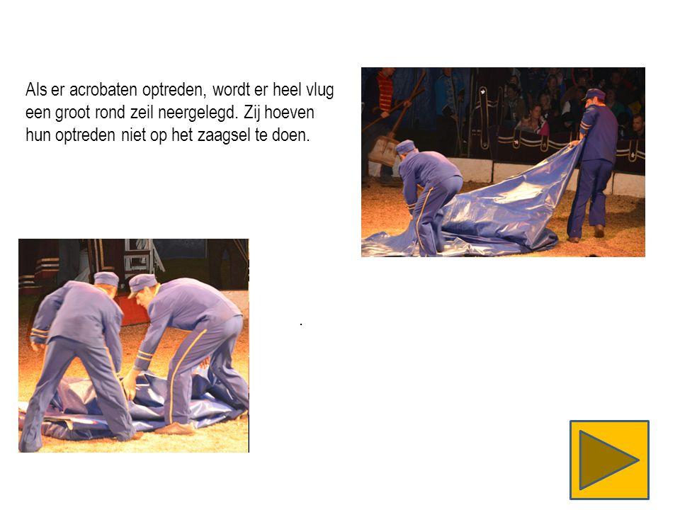 Als er acrobaten optreden, wordt er heel vlug een groot rond zeil neergelegd.