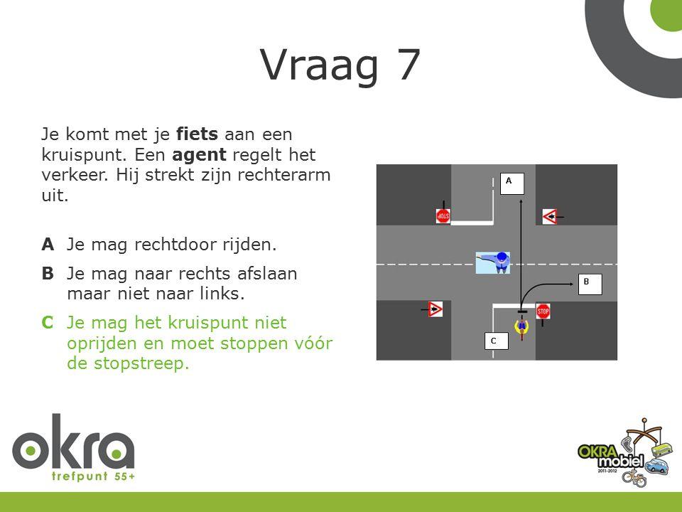 Vraag 7 Je komt met je fiets aan een kruispunt. Een agent regelt het verkeer.