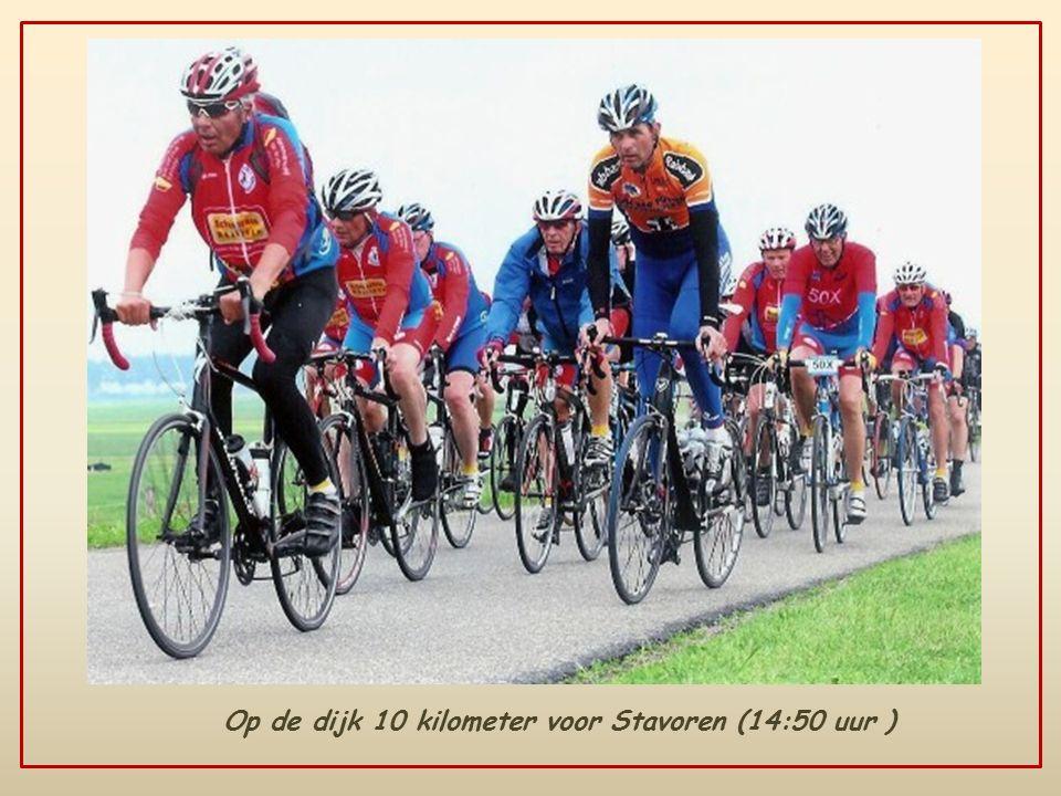 Op de dijk 10 kilometer voor Stavoren (14:50 uur )