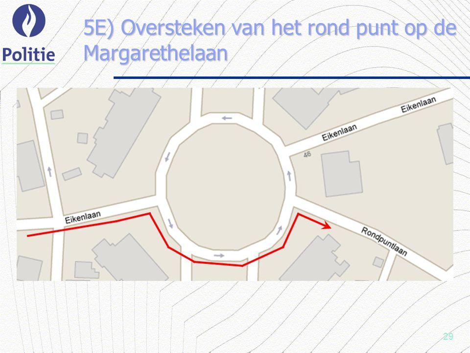 29 5E) Oversteken van het rond punt op de Margarethelaan
