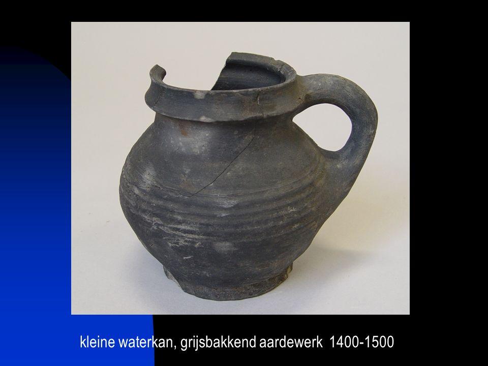 kleine waterkan, grijsbakkend aardewerk 1400-1500