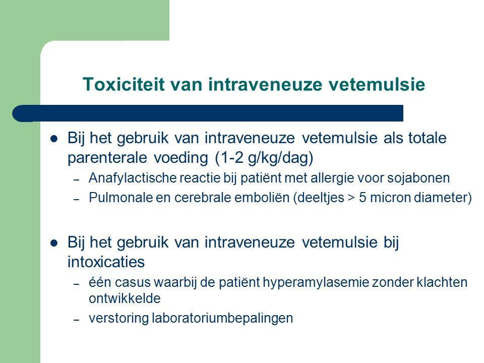 Toxiciteit van intraveneuze vetemulsie Bij het gebruik van intraveneuze vetemulsie als totale parenterale voeding (1-2 g/kg/dag) – Anafylactische reactie bij patiënt met allergie voor sojabonen – Pulmonale en cerebrale emboliën (deeltjes > 5 micron diameter) Bij het gebruik van intraveneuze vetemulsie bij intoxicaties – één casus waarbij de patiënt hyperamylasemie zonder klachten ontwikkelde – verstoring laboratoriumbepalingen