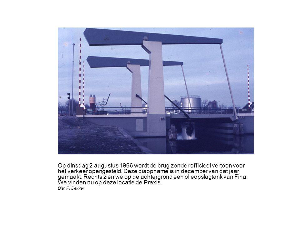 De brug in geopende toestand.Op de achtergrond de vestiging van het doe-het-zelf keten Praxis.