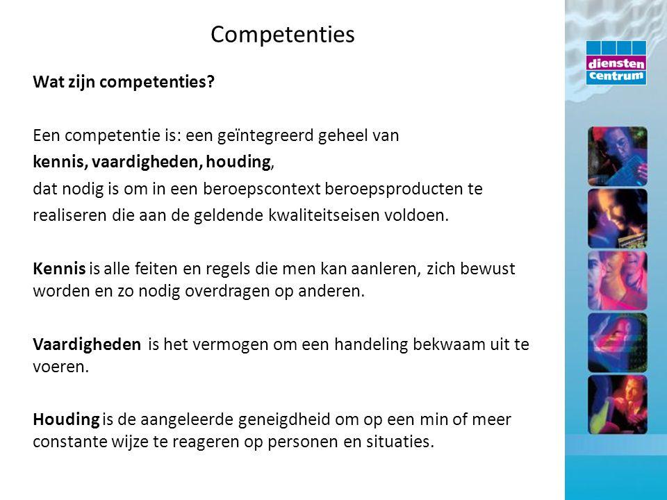 Wat zijn competenties? Een competentie is: een geïntegreerd geheel van kennis, vaardigheden, houding, dat nodig is om in een beroepscontext beroepspro