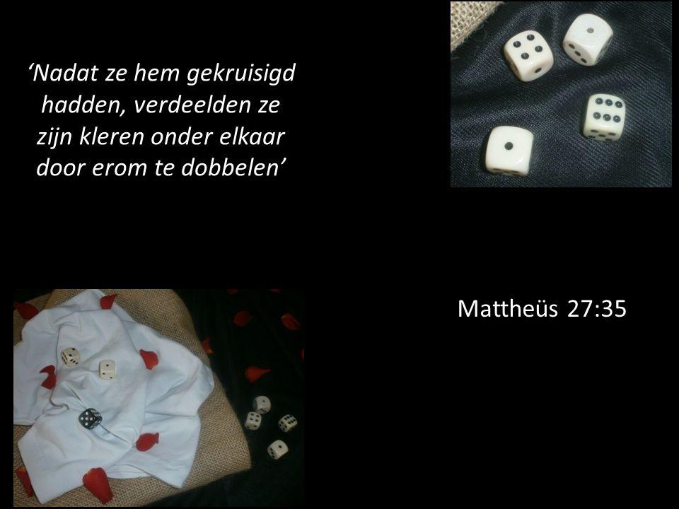 Mattheüs 27:35 'Nadat ze hem gekruisigd hadden, verdeelden ze zijn kleren onder elkaar door erom te dobbelen'