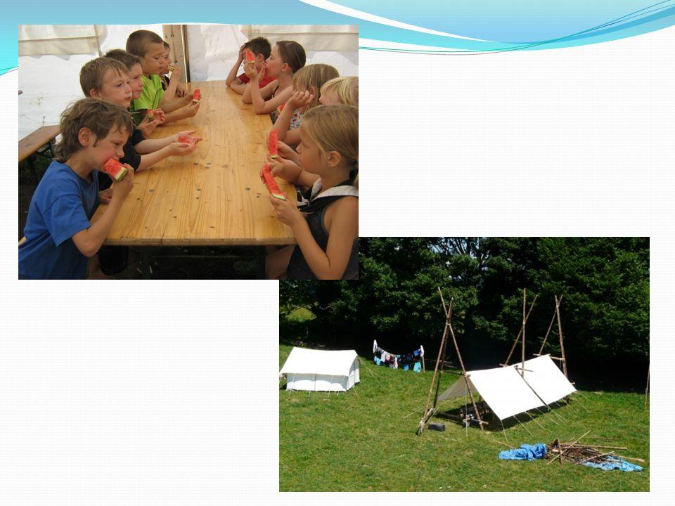 Slapen in tenten Iedereen slaapt in een tent (8) Grondzeil & greppels Bevers, welpen: leiding Oudere takken: zelf, onder begeleiding Dagelijkse inspectie op orde en netheid Verluchting Reserve matjes en slaapzakken