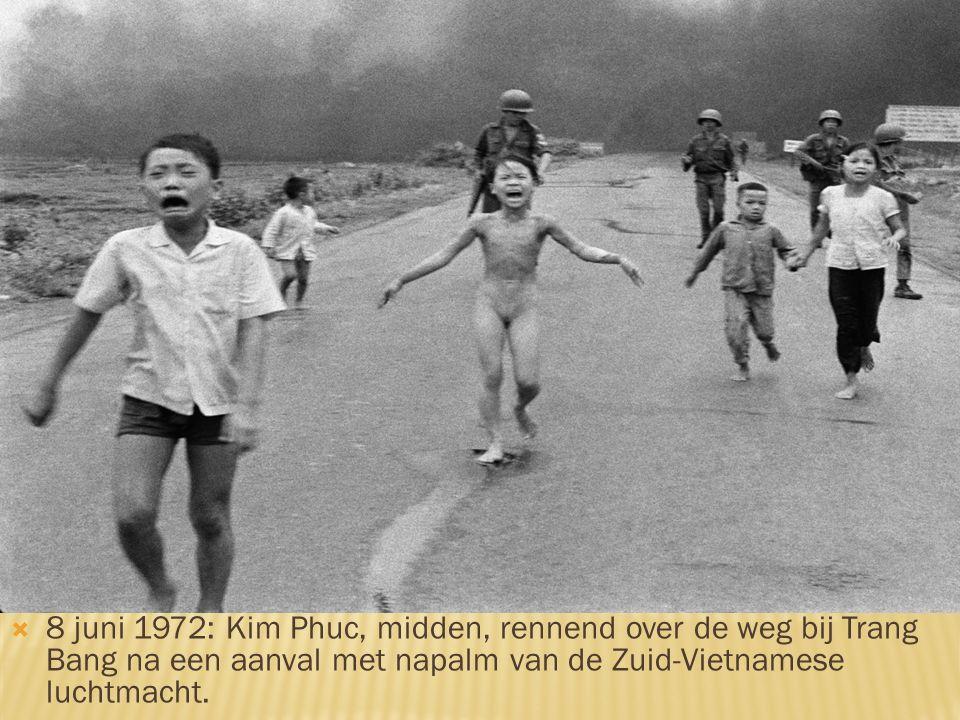  8 juni 1972: Kim Phuc, midden, rennend over de weg bij Trang Bang na een aanval met napalm van de Zuid-Vietnamese luchtmacht.