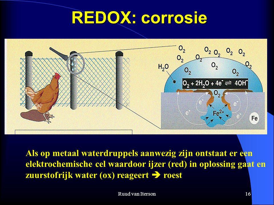 Ruud van Iterson16 REDOX: corrosie Als op metaal waterdruppels aanwezig zijn ontstaat er een elektrochemische cel waardoor ijzer (red) in oplossing gaat en zuurstofrijk water (ox) reageert  roest