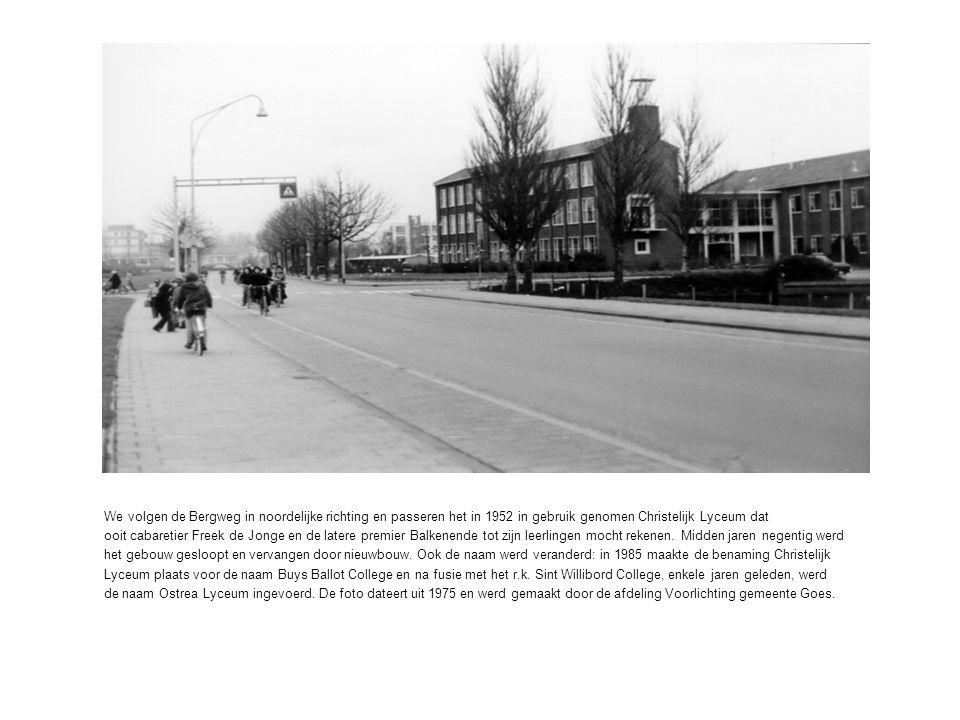 We volgen de Bergweg in noordelijke richting en passeren het in 1952 in gebruik genomen Christelijk Lyceum dat ooit cabaretier Freek de Jonge en de latere premier Balkenende tot zijn leerlingen mocht rekenen.
