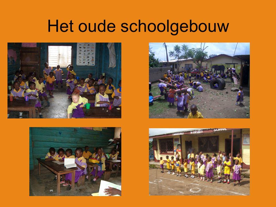 De kinderen worden opgehaald door de schoolbus, omdat het nieuwe schoolgebouw verder weg is.