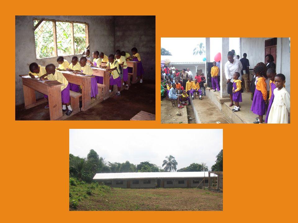 Het nieuwe schoolgebouw Dit is het nieuwe schoolgebouw. Er zijn al 16 lokalen klaar, met daarbij een toilet, een gemeenschappelijke ruimte en een spee