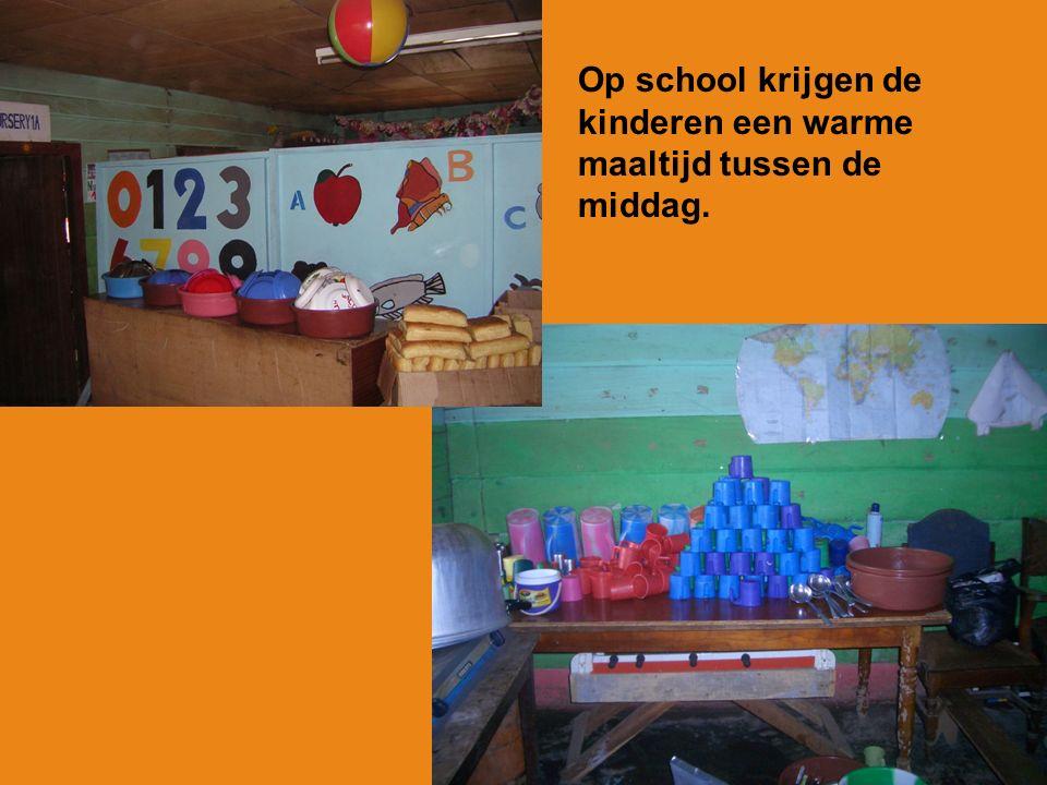 Elke ochtend begint buiten, voor de school. Alle kinderen moeten in rijen gaan staan. Ze gaan dan eerst bidden.