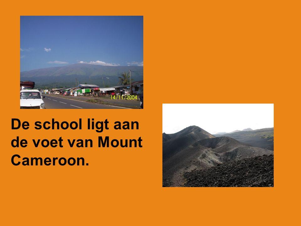 De school ligt aan de voet van Mount Cameroon.