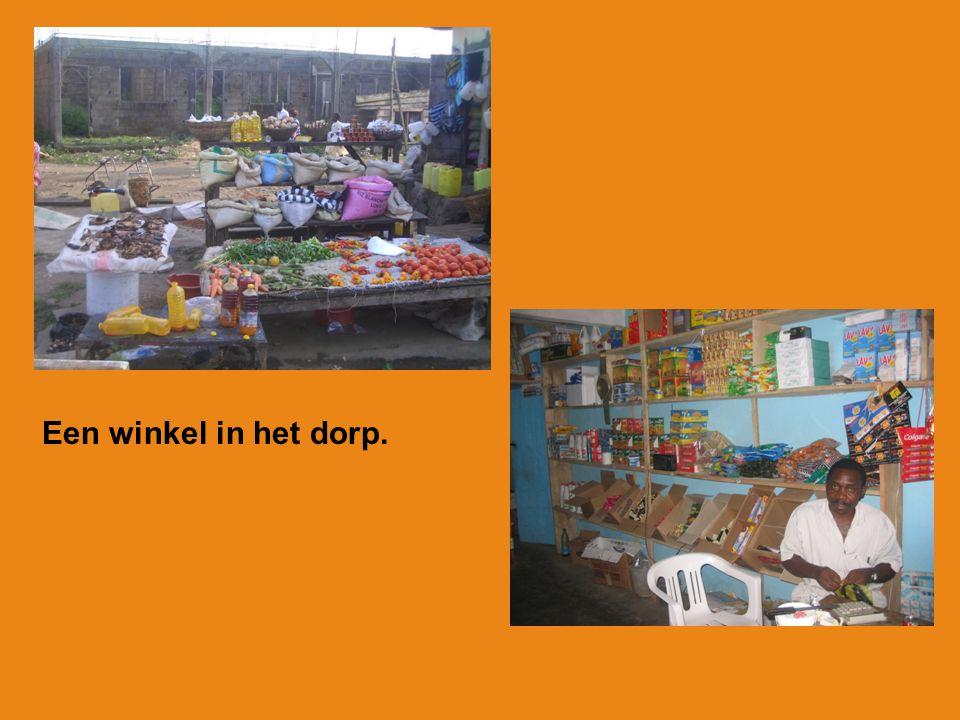 Op school krijgen de kinderen een warme maaltijd tussen de middag.